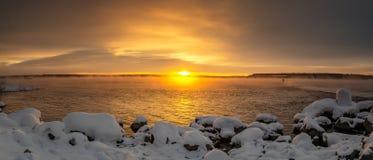 Panorama do alvorecer no reservatório no inverno, Rússia Ural de Reftinsky, foto de stock royalty free