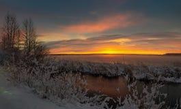 Panorama do alvorecer no reservatório no inverno, Rússia Ural de Reftinsky, fotos de stock