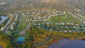 Panorama do amanhecer nos EUA perto do rio casas novas perto da água no setor residencial da área do sono vídeos de arquivo