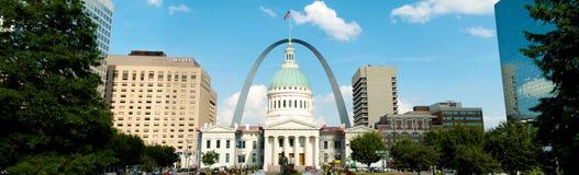 Panorama do arco e do tribunal do Gateway de St Louis imagens de stock