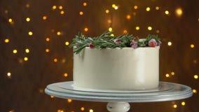 Panorama do bolo com os arandos dos alecrins e do açúcar video estoque