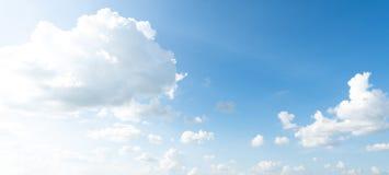 Panorama do céu azul claro com fundo branco da nuvem clearing imagem de stock royalty free