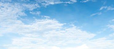 Panorama do céu azul claro com fundo branco da nuvem clearing foto de stock royalty free