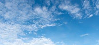Panorama do céu azul claro com fundo branco da nuvem clearing fotos de stock