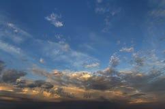 Panorama do céu no nascer do sol ou no por do sol Ideia bonita da obscuridade - as nuvens azuis iluminaram-se pelo sol brilhante  fotos de stock