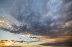Panorama do céu no nascer do sol ou no por do sol Ideia bonita da obscuridade - as nuvens azuis iluminaram-se pelo sol brilhante  imagem de stock royalty free