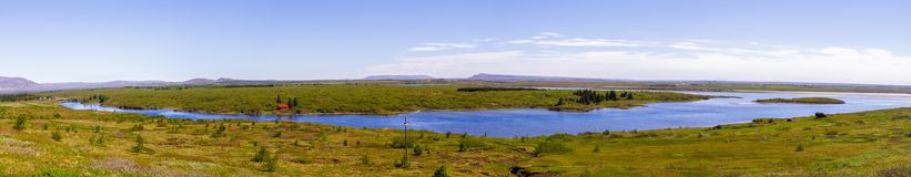 Panorama do campo e do rio em Islândia fotos de stock