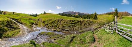 Panorama do campo rural montanhoso imagem de stock royalty free