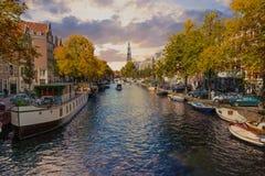 Panorama do canal na cidade velha em Amsterdão Fotos de Stock Royalty Free