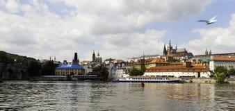 Panorama do castelo de Praga através do rio de Vltava Fotos de Stock Royalty Free