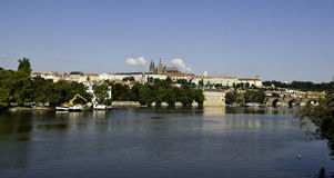 Panorama do castelo de Praga através do rio de Vltava Fotos de Stock