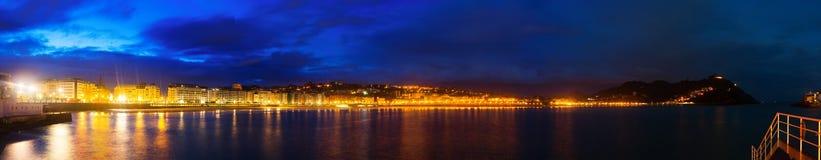 Panorama do Concha do La na noite Donostia, Espanha Imagem de Stock Royalty Free