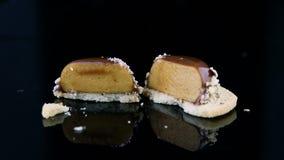 Panorama do cortado na metade de Mini Mousse Pastry Dessert francês filme