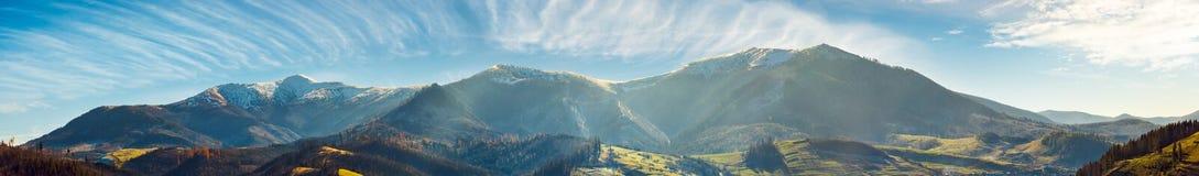 Panorama do cume da montanha com partes superiores nevados imagens de stock