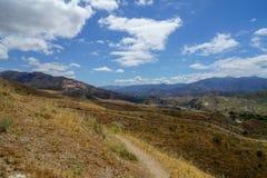 Panorama do deserto com uma vista agradável em um vale largo com os montes pequenos no primeiro plano imagem de stock royalty free