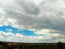 Panorama do grande poço de areia sob um céu pitoresco Fotos de Stock
