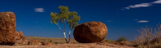 Panorama do interior do australiano dos mármores do diabo fotografia de stock royalty free