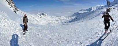 Panorama do inverno com esquiadores Fotos de Stock Royalty Free