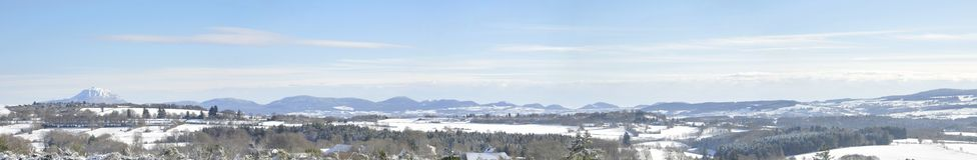 Panorama do inverno com montanha da Puy-de-abóbada Imagem de Stock