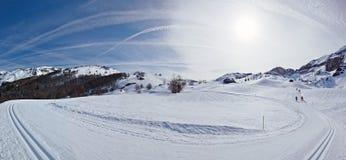 Panorama do inverno de Pyrenees na estância de esqui através dos campos de Somport Imagem de Stock