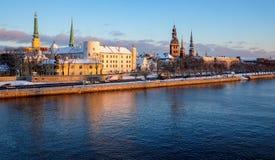 Panorama do inverno de Riga velho na noite Foto de Stock Royalty Free