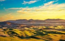 Panorama do inverno de Volterra, Rolling Hills e campos verdes em sóis foto de stock royalty free