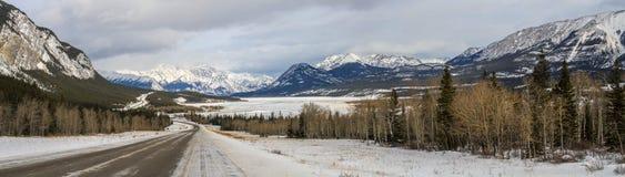 Panorama do inverno que chega em Abraham Lake, Columbia Britânica, Canadá fotos de stock royalty free