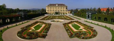 Panorama do jardim e do palácio de Schonbrun Fotografia de Stock