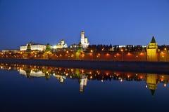 Panorama do Kremlin de Moscovo no amanhecer Fotografia de Stock Royalty Free
