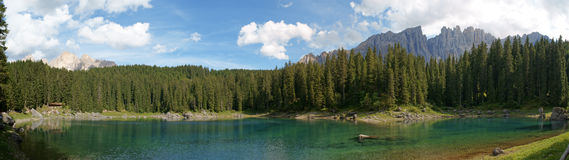 Panorama do lago Carezza Fotografia de Stock Royalty Free