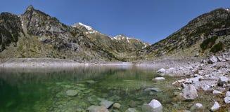 Panorama do lago Cavallers e dos Pyrenees de Alta Ribagorca Fotografia de Stock Royalty Free