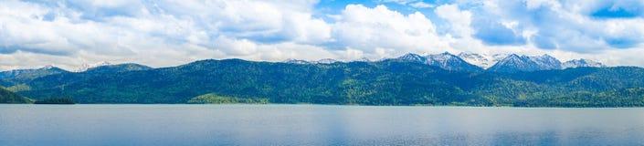 Panorama do lago com montanhas, céu nebuloso no fundo fotos de stock royalty free