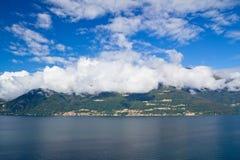 Panorama do lago Como e dos alpes, Italy Foto de Stock