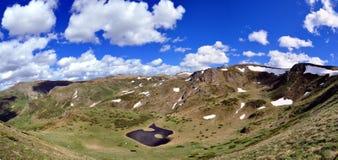 Panorama do lago da montanha de Shar fotos de stock