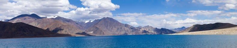 Panorama do lago da montanha do Tso de Pangong Fotos de Stock