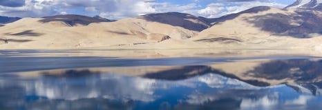 Panorama do lago da montanha do Tso Moriri com montanhas e o céu azul com referência a imagens de stock