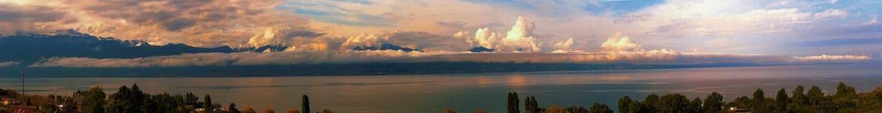 Panorama do lago Genebra em Suíça e nos cumes Imagem de Stock Royalty Free
