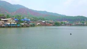 Panorama do lago mae Sa-Nga, tailandês de Rak da proibição, Tailândia video estoque