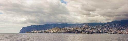 Panorama do litoral Funchal, Madeira com os penhascos altos ao longo do Oceano Atlântico Céu dramático foto de stock