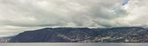 Panorama do litoral Funchal, Madeira com os penhascos altos ao longo do Oceano Atlântico Céu dramático fotografia de stock