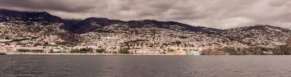 Panorama do litoral Funchal, Madeira com os penhascos altos ao longo do Oceano Atlântico Céu dramático foto de stock royalty free