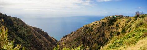 Panorama do litoral Madeira com os penhascos altos ao longo do Oceano Atlântico Céu dramático imagens de stock royalty free