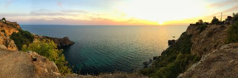 Panorama do mar com rochas e montanhas Imagens de Stock Royalty Free