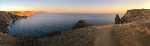 Panorama do mar com rochas e montanhas Fotografia de Stock Royalty Free