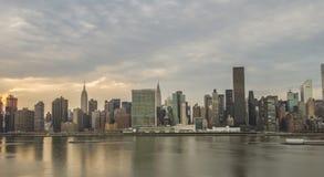 Panorama do Midtown de New York City no por do sol fotos de stock