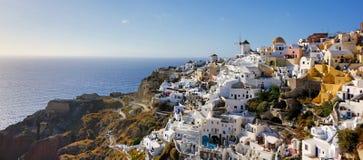 Panorama do moinho de vento da ilha de Santorini Imagens de Stock Royalty Free