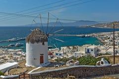 Panorama do moinho de vento e da ilha brancos de Mykonos, Grécia Foto de Stock Royalty Free