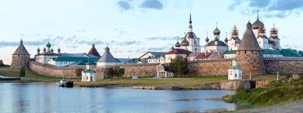 Panorama do monastério de Solovetsky com a baía azul do mar nas FO imagem de stock