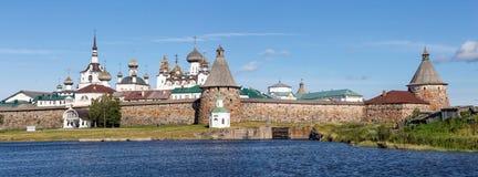 Panorama do monastério de Solovetsky com a baía azul do mar nas FO foto de stock royalty free