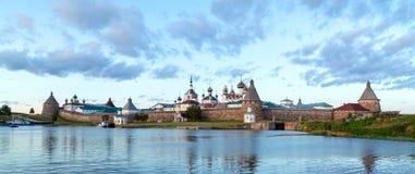 Panorama do monastério de Solovetsky com a baía azul do mar nas FO fotos de stock royalty free